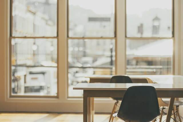 窓と机の画像