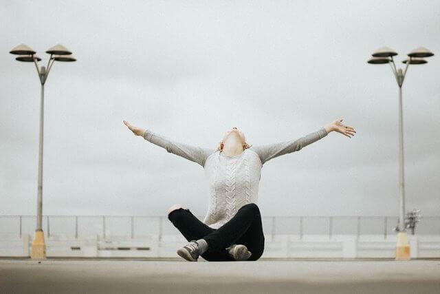 空を仰ぐ女性の画像