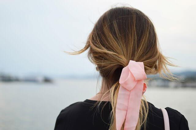 海を眺める女性の画像