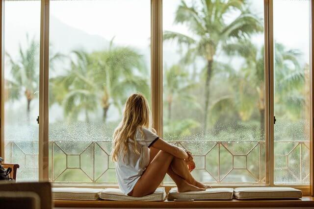 窓辺に座る女性の画像