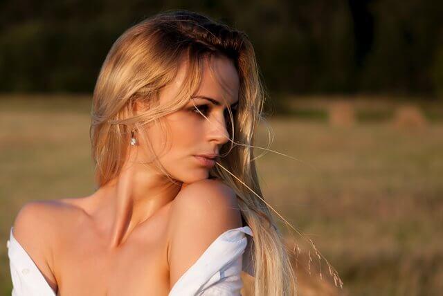 肩だしをするセクシーな女性の画像