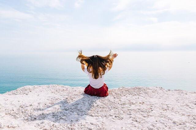 海辺の赤いスカートの女性