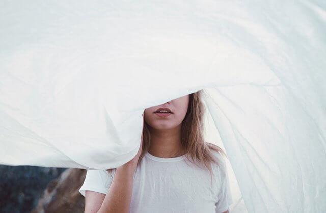 白い布を被る女性の画像