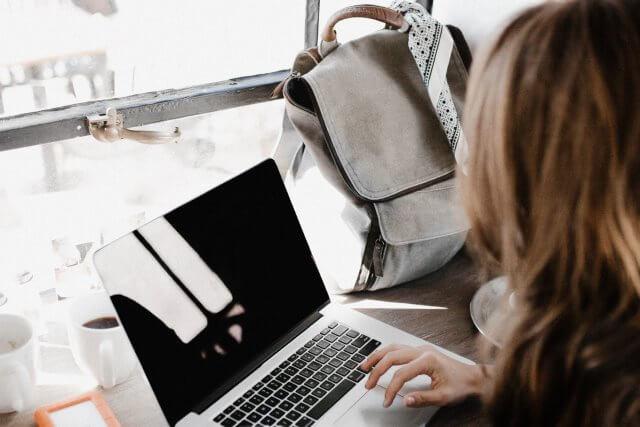 PCで文章を入力する女性の画像