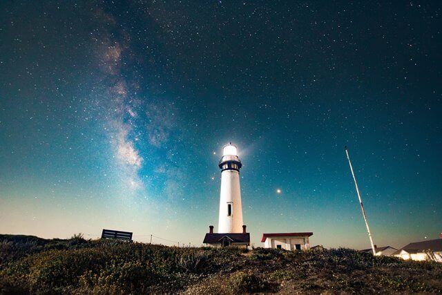 夜空と灯台と光の画像