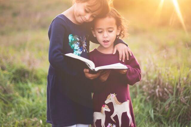 本を読む二人の少女