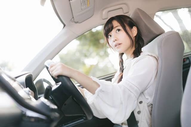 通勤する女性の画像