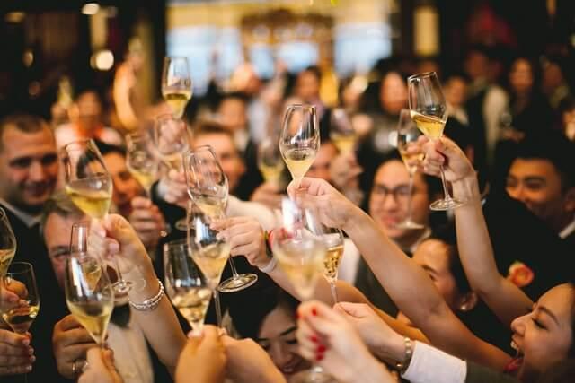 乾杯をする群衆