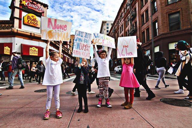 メッセージボードを掲げる子どもたちの画像