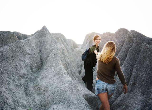 山を登る二人のカップルの画像