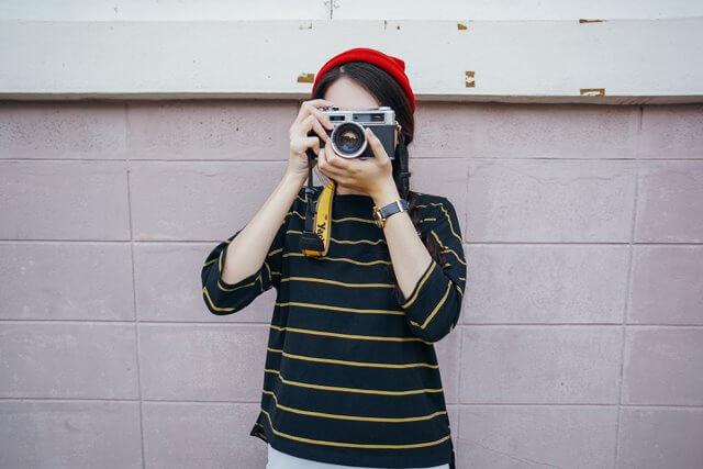 カメラを構える女性の画像