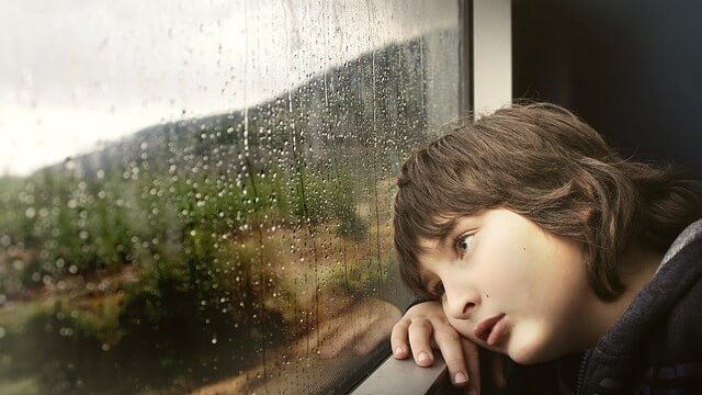 退屈する少年の画像
