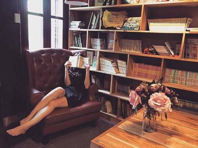 書斎で読者をする女性の画像