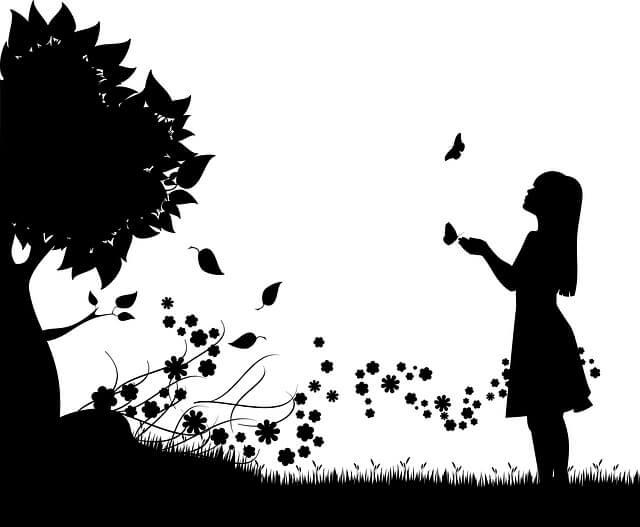 モノクロの少女と木