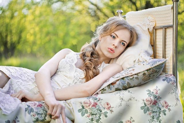 野外ベッドで横になる女性の画像