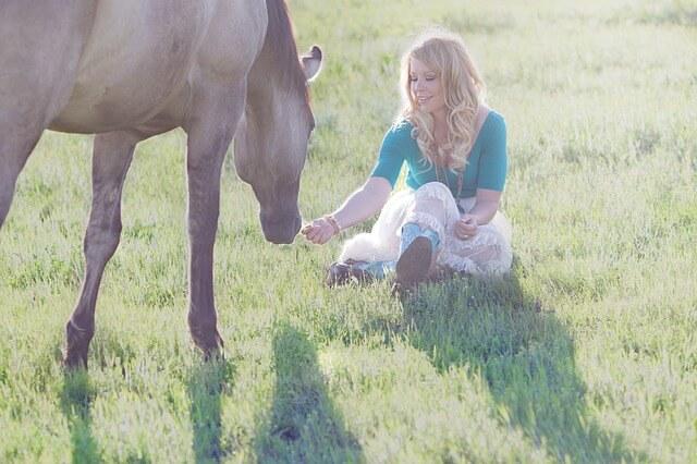 牧場の女性と馬の画像