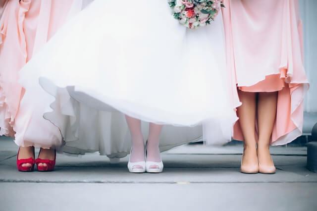 ドレスの女性の足元