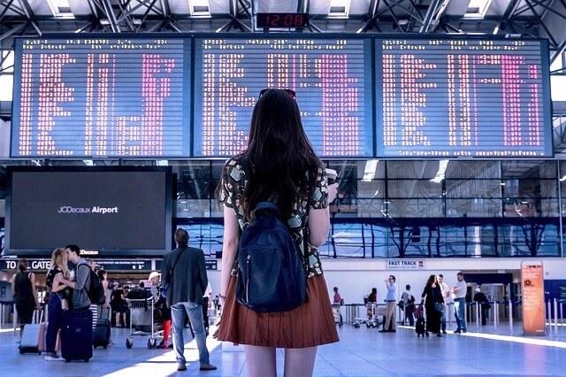 空港で佇む女性の画像