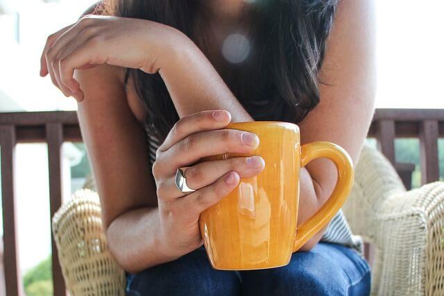 コーヒーを飲む女の子の画像