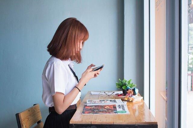 雑誌を読む少女の画像