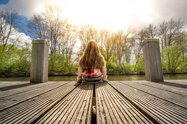 空を眺める少女の画像