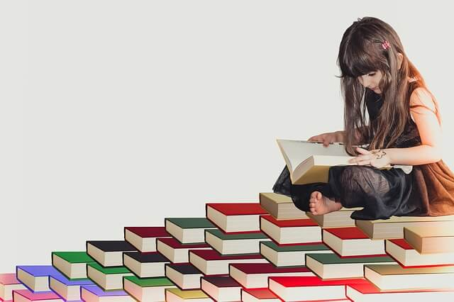 本を読む少女
