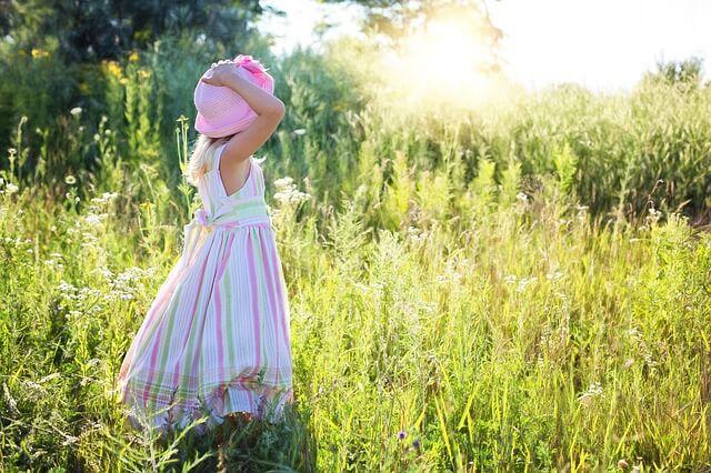 草原の少女の朝の光の画像