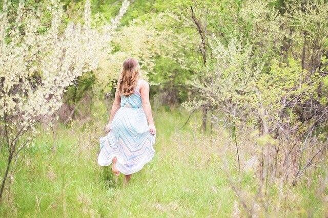 草原を歩く女性の画像