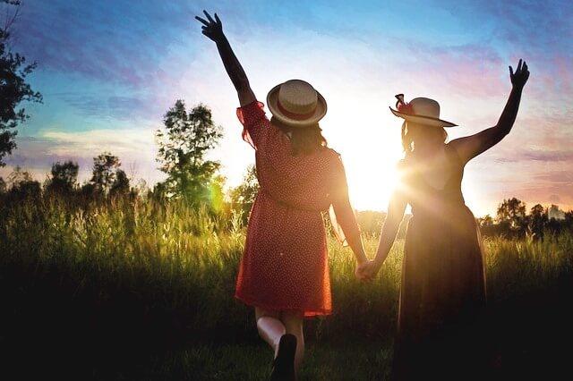 未来は明るい二人組の女性