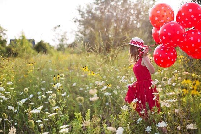 赤い風船を持つ少女の画像