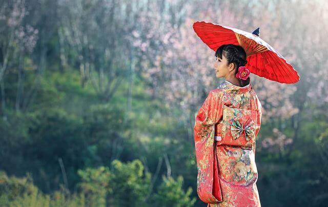 日本傘をさす女性