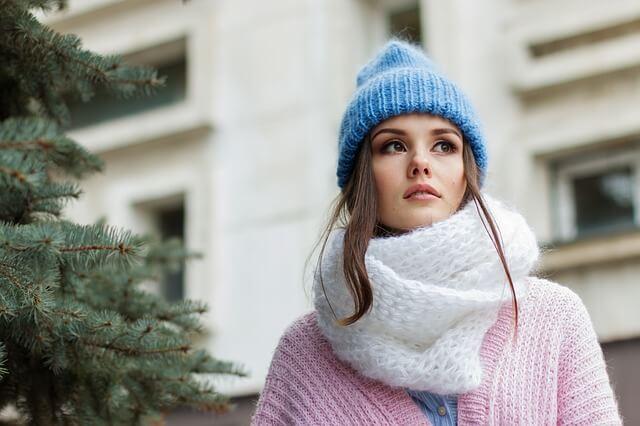 青いニット帽の女性