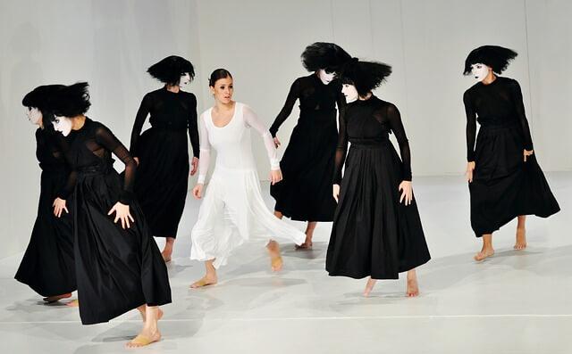 黒ドレスに囲まれる白ドレス