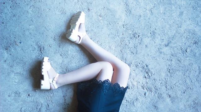 スカートと女性の足