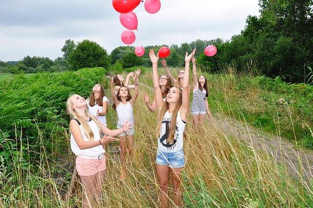 風船と女性たち
