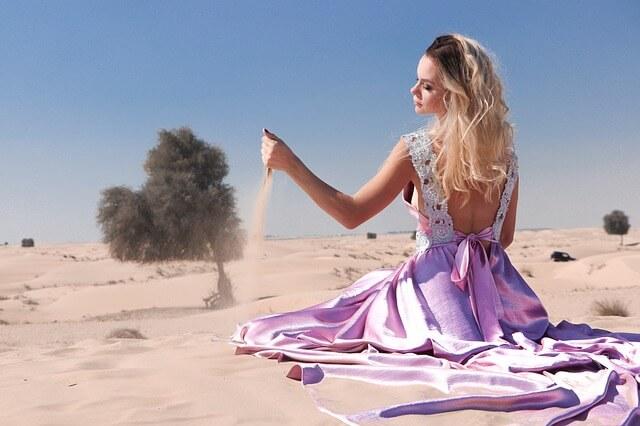 砂漠の上の女性