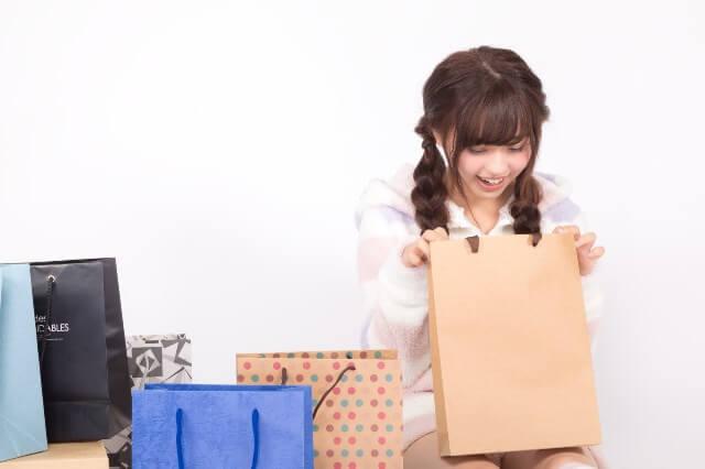届いたプレゼントを開封して喜ぶ女性