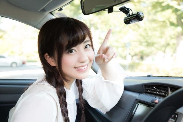 もしもの時に安心なドライブレコーダーを指さす女性