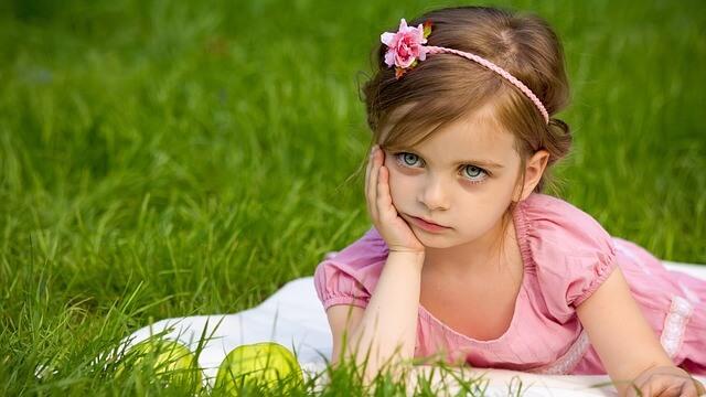 悩む少女の画像