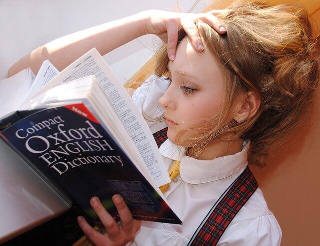 英英辞書を読む少女