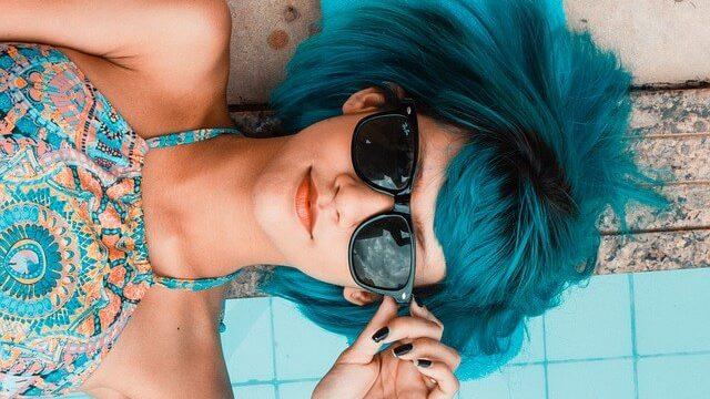 青い髪の女性