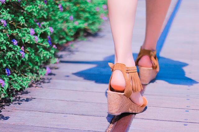 歩く女性の足元