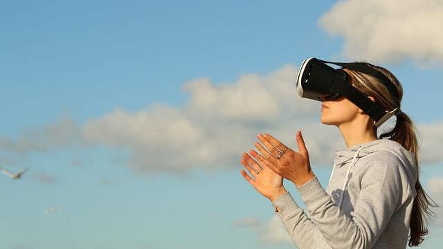 VRで情報収集する女性