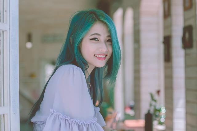 緑色の髪色の少女