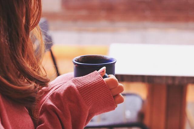 カフェで集客の方法を考える女性