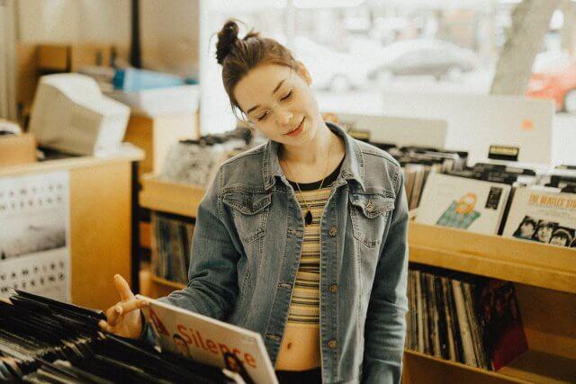 レコードを眺める女性