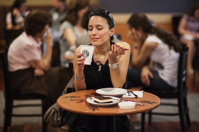カフェを楽しむ女性