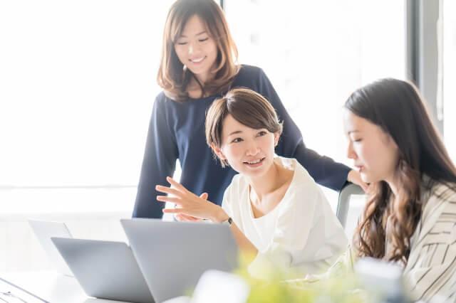 商品開発ミーティングをする女性スタッフ